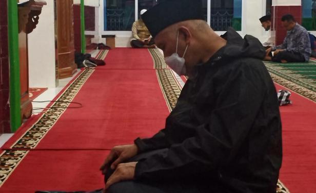 Gubernur Sumbar Mahyeldi Ansharullah saat Itikaf di Masjid Raya Jihad Ambacang Anggang Lubuk Sikaping, Kabupaten Pasaman, Minggu malam (25/4/2021).