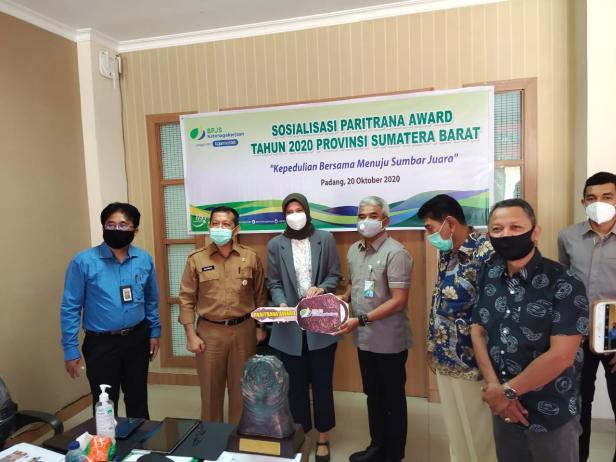 Penyerahan hadiah oleh Kepala BPJamsostek Padang Yuniman Lubis yang diterima oleh Direktur PT Kunango Jantan Gita Ariesta di ruang Administrasi Umum dan Kesra Kantor Gubernur Sumbar, Selasa (20/10/2020)
