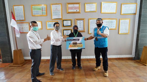 Rika Kurniawati pelanggan ULP Sawah Lunto UP3 Solok mendapatkan hadiah Paket Umroh ke Tanah Suci dalam Program
