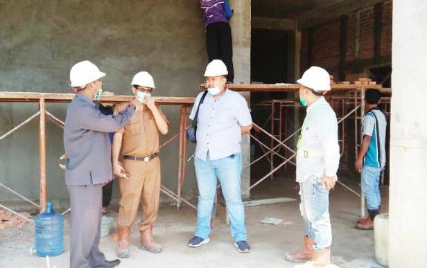 Ketua DPRD Dharmasraya didampingi Direktur RSUD Sungai Rumbai berdiskusi dengan pihak kontraktor.