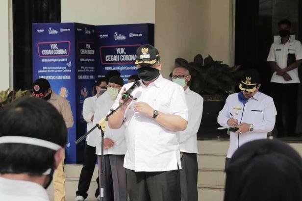 Wali Kota Solok, H. Zul Elfian saat melepas tim penyebarluasan informasi