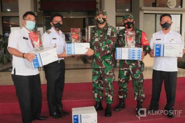 Wakil Wali Kota Payakumbuh Erwin Yunaz didampingi Sekdako Payakumbuh Rida Ananda menyerahkan Randang Payakumbuh kepada prajurit yang akan berangkat ke Papua