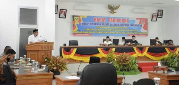 Juru bicara Fraksi NasDem Nova Hendria menyampaikan tanggapan atas LKPj APBD 2019