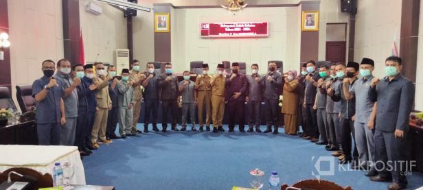 Bupati dan Wakil Bupati Solok Selatan Khairunas dan Yulian Efi bersama pimpinan dan anggota DPRD usai Paripurna penandatanganan Nota kesepakatan Ranwal RPJMD 2021-2026