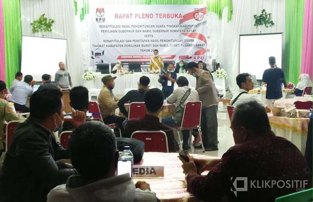 Suasana rekapitulasi rapat pleno terbuka penghitungan suara Bupati dan Wakil Bupati Pasaman Barat di Aula KPU Pasaman Barat