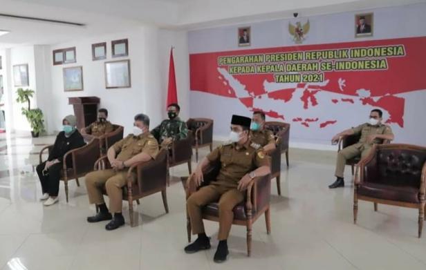Wako dan Wawako Solok, H. Zul Elfian dan Ramadhani Kirana Putra mendengarkan arahan Presiden Jokowi