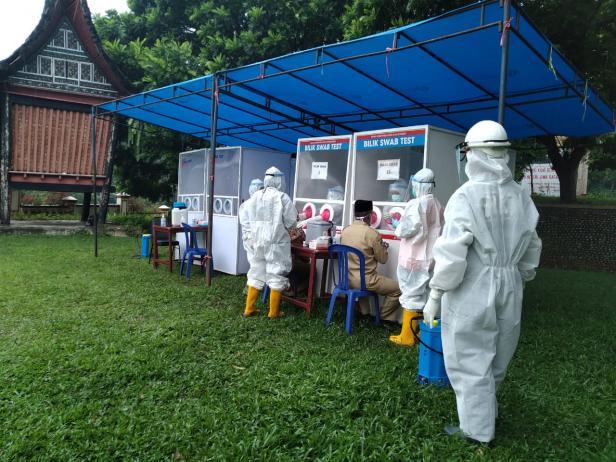Pelaksanaan tes swab massal terhadap guru di Payakumbuh.