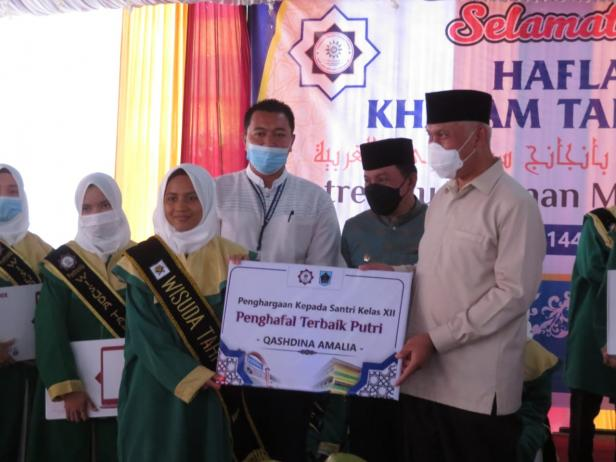 H. Mahyeldi, SP menyerahkan sertifikat tanda kelulusan sebanyak 128 bagi para penghafal Qur'an yang merupakan santriwan - Santriwati Pondok Pesantren Muhammadiyah (PontrenMu) Kauman Padangpanjang.
