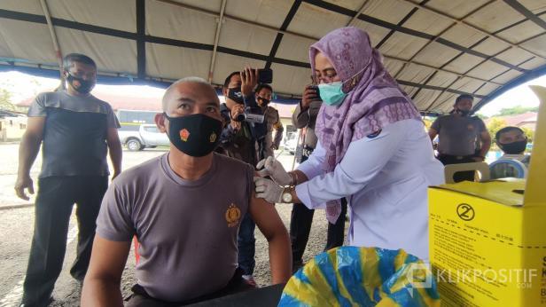Kapolsek Kapur IX saat melakukan vaksinasi di Mapolres 50 Kota