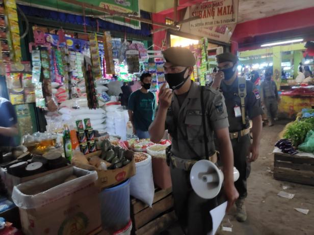 Menggunakan Pengeras suara, pesonel Satpol PP Padang Sosialisasikan Perda AKB di Pasar
