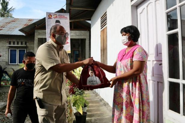 Anggota DPR RI Andre Rosiade menyerahkan sembako untuk warga Kampung Tanjung, Kecamatan Pauh, Kota Padang