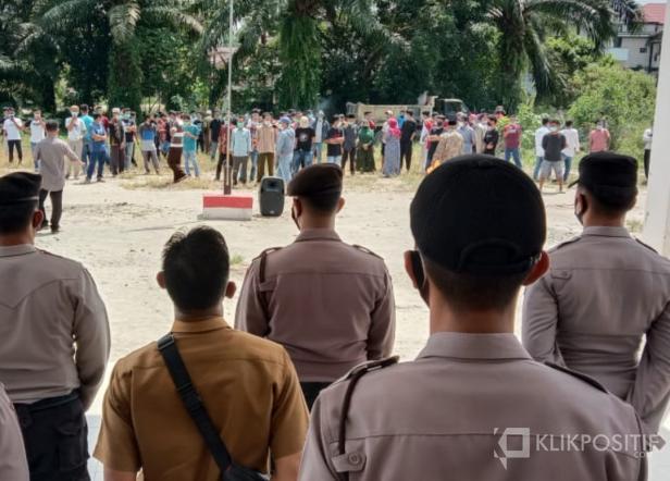Suasana para pengunjuk rasa di halaman Kantor Walinagari Kinali yang dijaga aparat gabungan