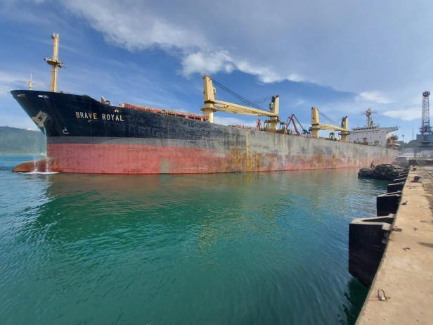 Kapal Brave Royal tengah bersandar di dermaga Pelabuhan Teluk Bayur Padang beberapa waktu lalu. Kapal tersebut akan membawa ribuan metrik ton klinker yang diproduksi PT Semen Padang ke Bangladesh.