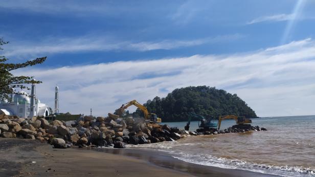 Pengejaran proyek abrasi pantai di Masjid Al Hakim, Pantai Padang