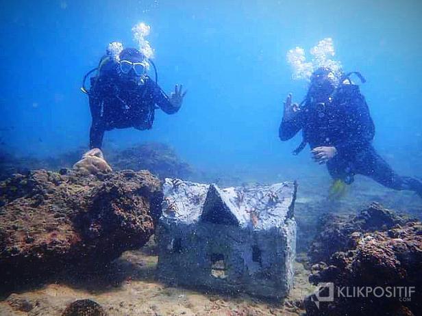 Minatur rumah gadang yang ditanam untuk menjadi terumbu karang buatan di laut Air Bangis, Pasaman Barat