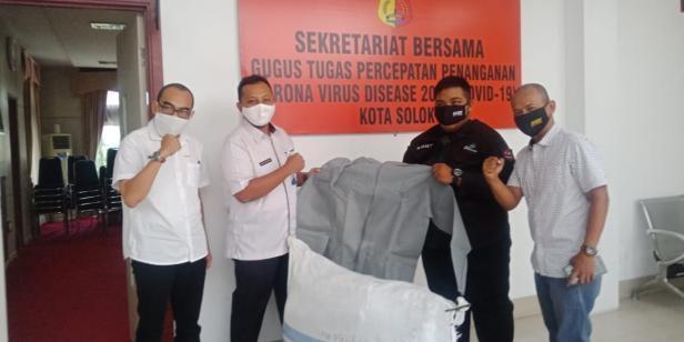 Relawan dan perwakilan Audy Joinaldy menyerahkan bantuan APD kepada tim gugus tugas COVID-19 Kota Solok