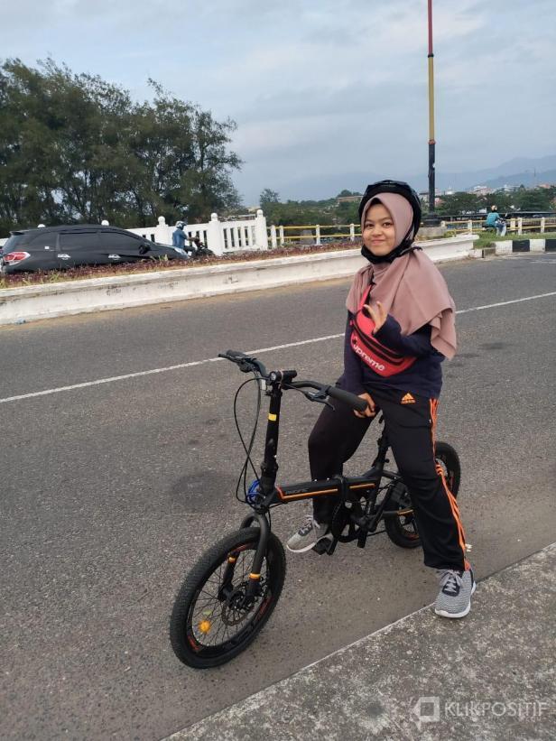 Salah seorang pelanggan Rental Sepeda Padang saat menikmati suasana di salah satu sudut Kota Padang