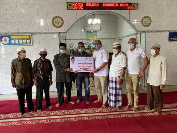 Andre Rosiade serahkan bantuan secara simbolis kepada pengurus TPQ Masjid Al Iman Purus, Padang Barat.