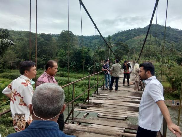 Ketua DPRD Solsel Zigo Rolanda Mendengar Penjelasan Plt Kadis PU Solsel Patrise Bimbe saat meninjau Jembatan Sungai Lolo