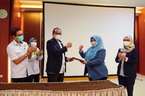 Penyerahan berkas dokumen  pelantikan Direktur Operasional SPH dari Ketua Yayasan Semen Padang Iskandar Z. Lubis (tengah bagian kiri) kepada dr Adisty Taufik (tengah bagian kanan)