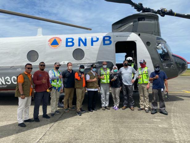Wagub Sumbar Nasrul Abit, Kalaksa BPBD Sumbar Erman Rahman dan kru Helikopternya foto bersama di Bandara Internasional Minangkabau