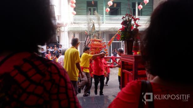Keluarga Tan menunggu pengarak Kio di Rumah Keluarga Tan