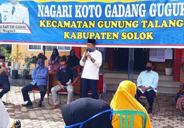 H. Epyardi Asda saat menyerahkan bantuan pada masyarakat di salah satu nagari di Kabupaten Solok