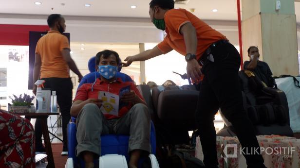 Seorang masyarakat di Kota Padang sedang mencoba produk Perfect Healt
