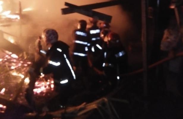 Petugas Pemadam Kebakaran Kota Padang Saat Memadamkan Api