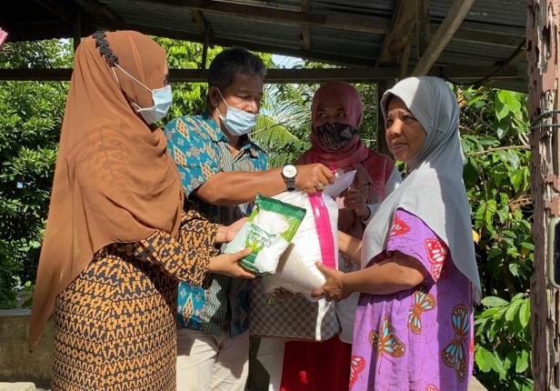 Tim DPD Gerindra Sumbar menyerahkan bantuan dari Anggota DPR RI Andre Rosiade kepada keluarga Rosnita di Mata Air, Padang Selatan, Kota Padang.