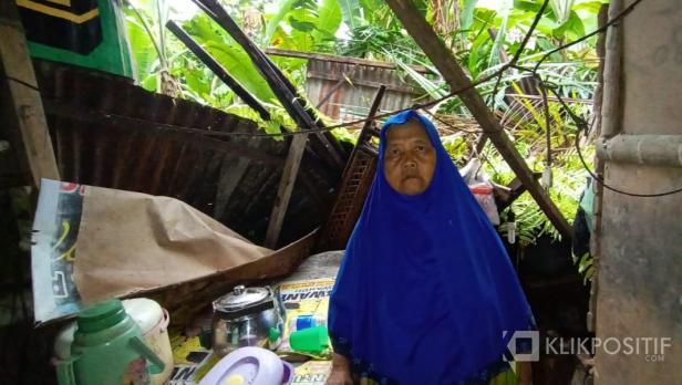 Kondisi rumah bu Yultati yang tertimpa pohon sawit di Jalan KKN, Nagari Lingkuang Aua, Kecamatan Pasaman
