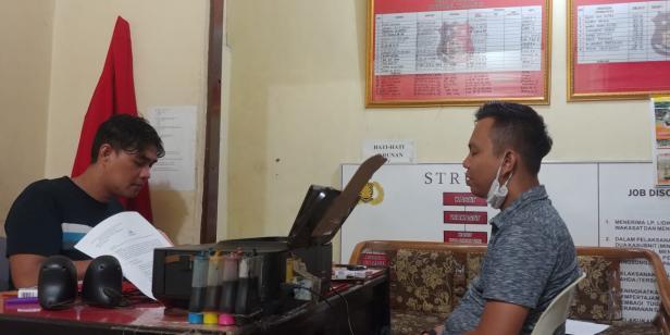 Deri Oktazulmi saat diperiksa oleh tim Satreskrim Polresta Padang