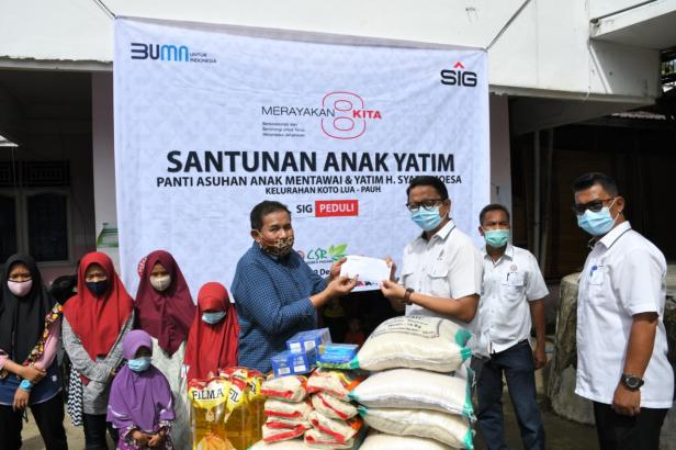 Penyerahan tali asih ke panti asuhan H. Syafri Moesa Ulu Gadut, Padang.