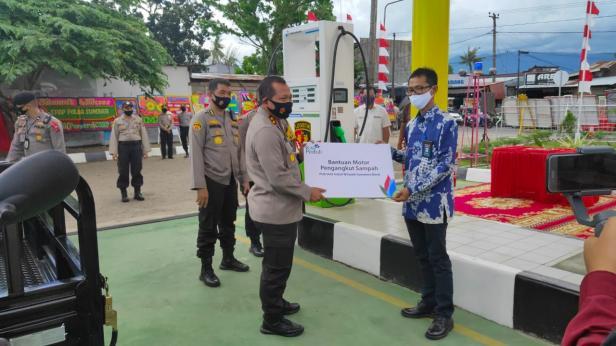 PLN Unit Induk Wilayah (UIW) Sumbar menyerahkan bantuan satu unit motor pengangkut sampah kepada Polda Sumbar pada Jumat (11/09).
