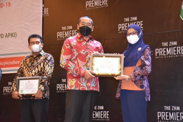 Penyerahan penghargaan oleh Wakil Gubernur Sumatera Barat (Sumbar) Audy Joinaldy, dan diterima langsung oleh Direktur Utama SPH dr. Selfi Farisha