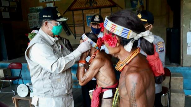 Wagub Sumbar memasang masker kepada Sikerei di Siberut, Mentawai