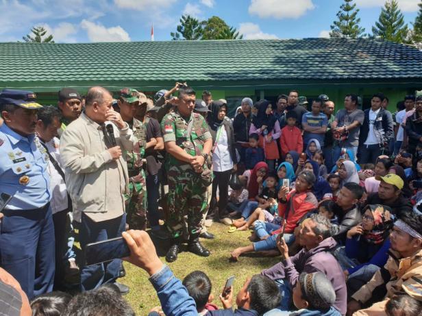 Nasrul Abit mengusap air mata saat melihat masyarakatnya di pengusian Wamena (Foto setahun lalu)