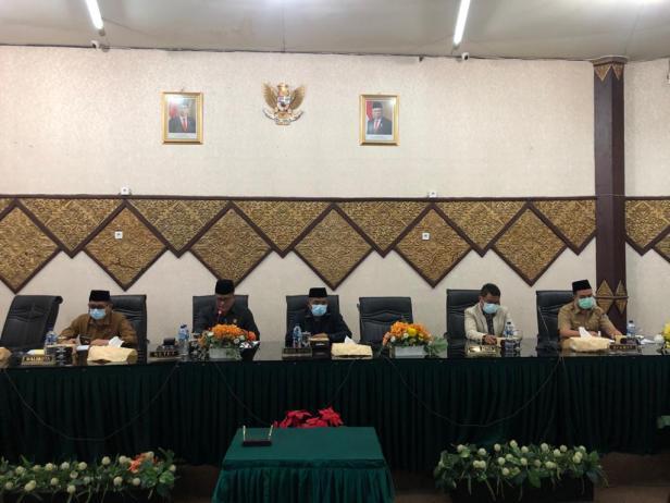 Walikota Padang dan Ketua DPRD dan wakil mengikuti Rapat Paripurna DPRD Kota Padang yang dilangsungkan di Ruang Sidang Utama DPRD Kota Padang.