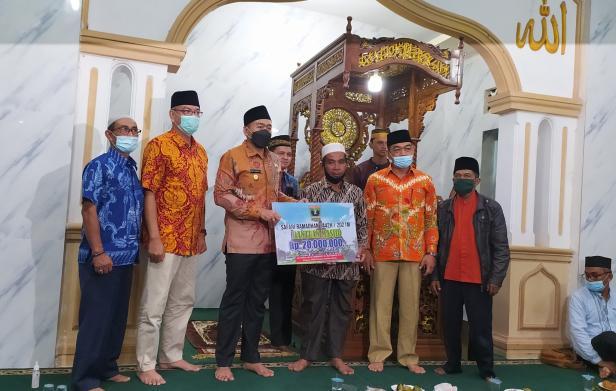 Wagub Sumbar Audy Joinaldy saat menyerahkan bantuan di Masjid Jihad Payakumbuh