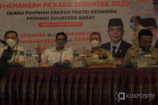 Sandiaga dan Nasrul Abit mengacungkan dua jari