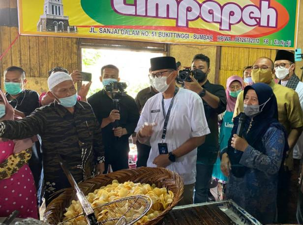 Sandiaga Uno dan Andre Rosiade saat mengunjungi Sanjai Limpapeh.