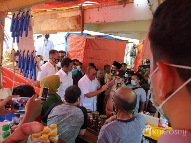 Sandiaga Uno sedang menyapa pedagang di Pasar Ateh Bukittinggi
