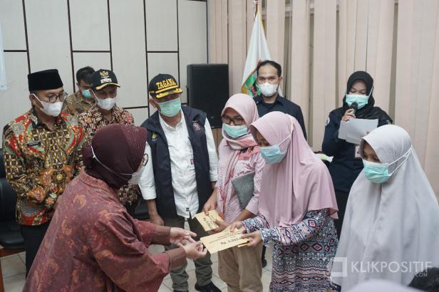 Mensos RI Tri Rismaharini Menyerahkan Langsung Santunan Bagi Keluarga Korban longsor Tambang Emas di Solok Selatan
