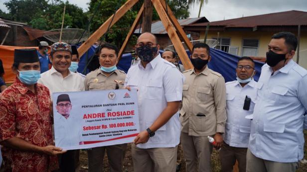 Andre Rosiade serakan bantuan uang tunai secara simbolis untuk pembangunan Rumah Gadang Bagindo Maharajo Jambu Limpo, Sijunjung.