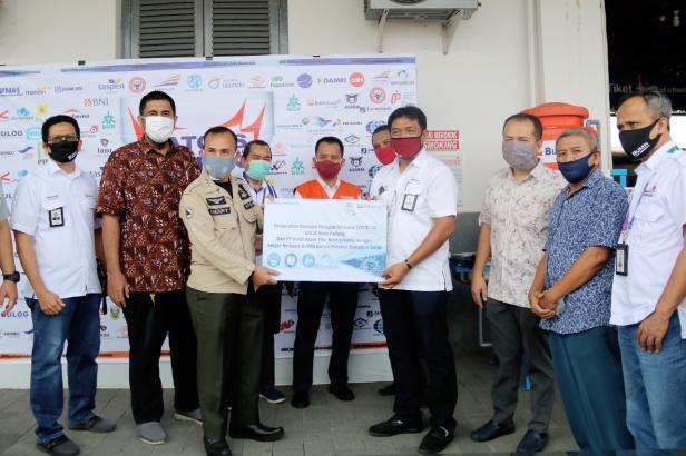 Penyaluran bantuan oleh Satgas Bencana BUMN Sumbar di Padang, Senin (18/5)
