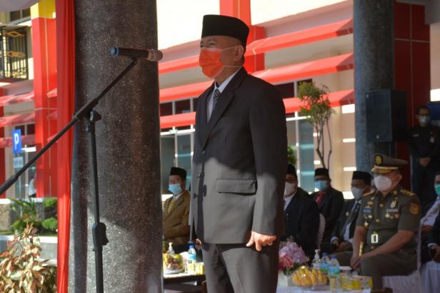 Sekdaprov Sumbar Drs Alwis saat memimpin apel di halaman kantor gubernur Sumbar, Rabu 17 Maret 2021