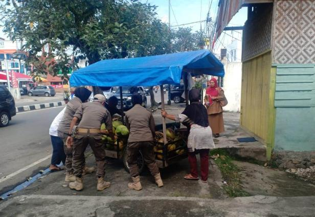 Satpol PP Payakumbuh melakukan penertiban terhadap PKL yang berjualan di fasilitas umum.