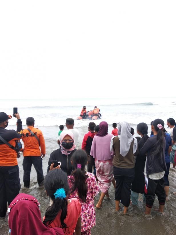 Pencarian pemuda yang tenggelam terseret arus gelombang di Pantai Karang Labung Pessel
