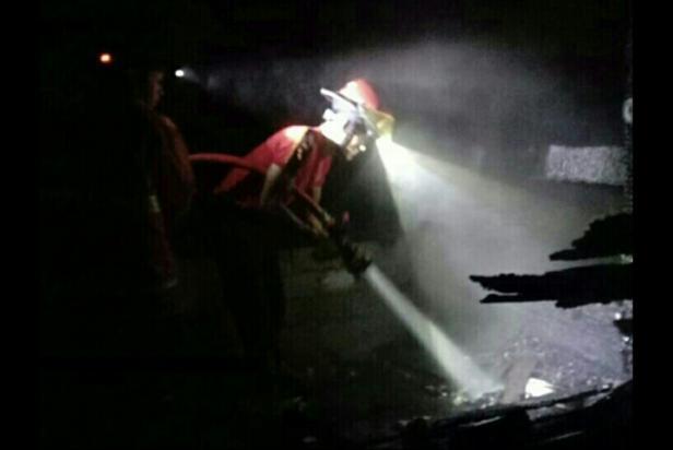 Petugas berupaya memadamkan api di Nagari Supayang, Kecamatan Salimpaung, Tanah Datar