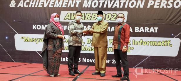 Bupati Irfendi Arbi saat menerima penghargaan dari Gubernur Sumbar di Padang